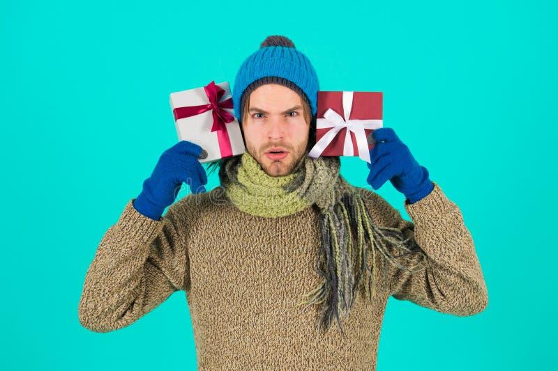 新年好 圣诞节礼物 有当前箱子的人 购物 寒假庆祝 在Xmas前的早晨 库存照片
