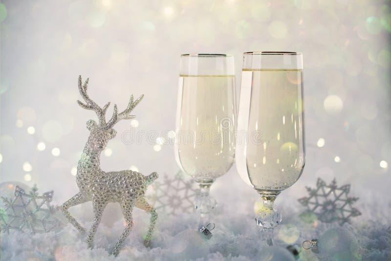 新年度和圣诞节庆祝 两香宾玻璃和假日装饰 圣诞节的美好的发光的餐位餐具 图库摄影