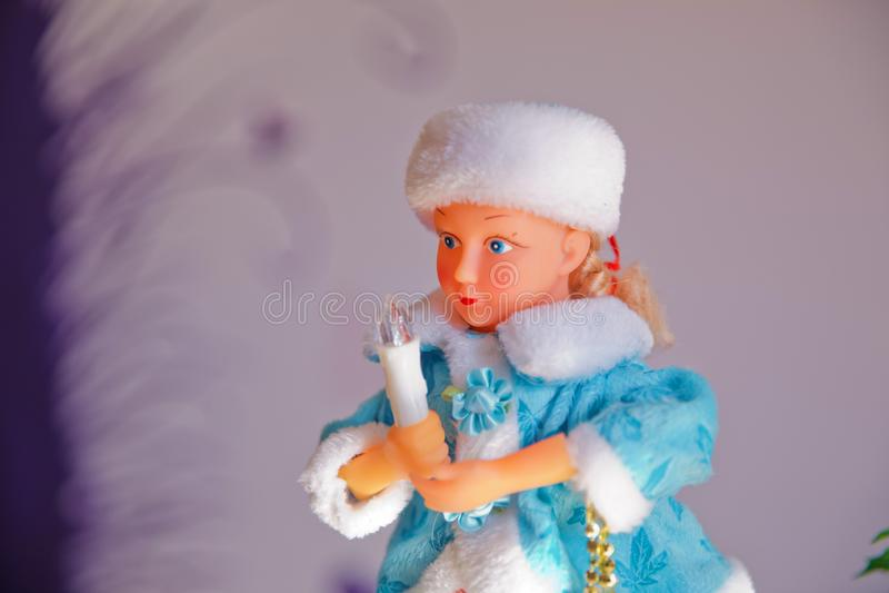 新年度 一件长的蓝色外套的美女有白色毛皮的 雪少女雪未婚,一个传统俄国圣诞节字符 库存图片