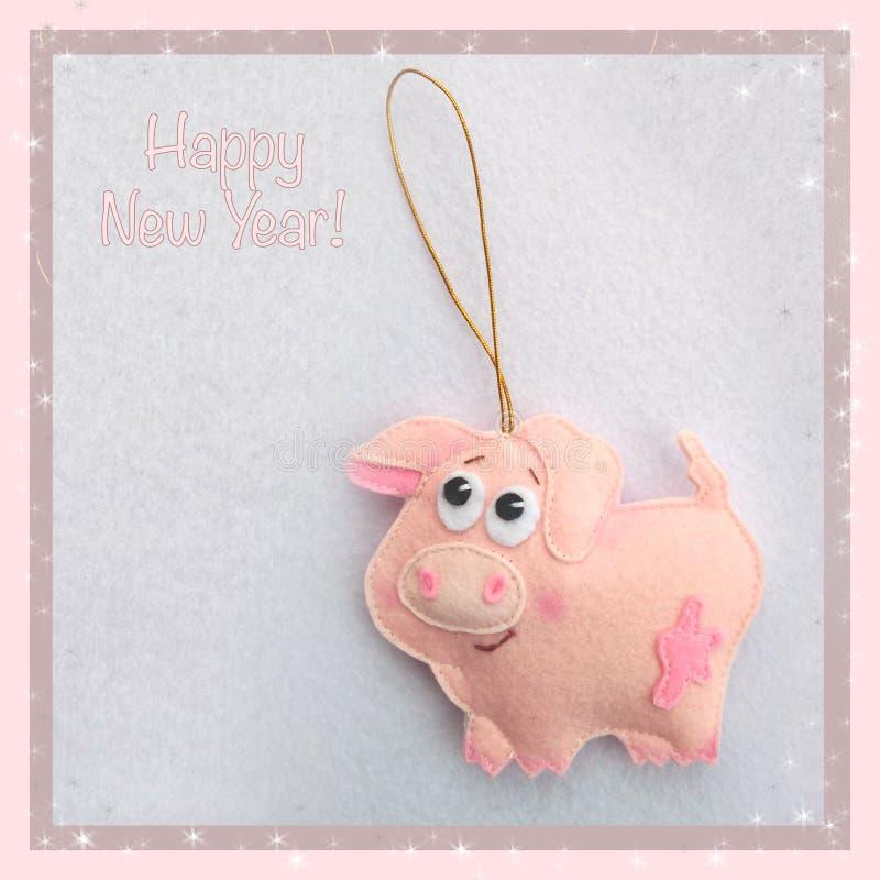 新年度 软的玩具由毛毡制成 逗人喜爱的猪 圣诞树装饰 年的标志 2019年 库存图片