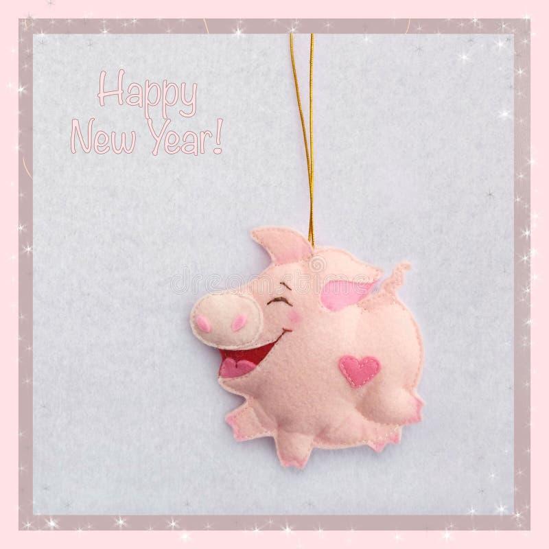 新年度 软的玩具由毛毡制成 逗人喜爱的猪 圣诞树装饰 年的标志 2019年 免版税库存照片