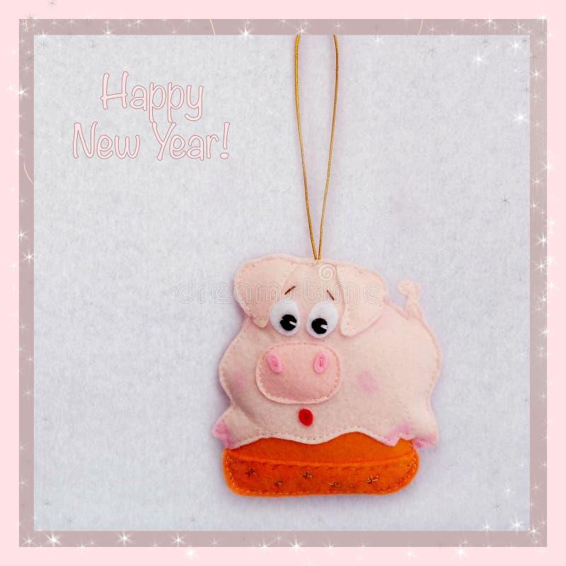 新年度 软的玩具由毛毡制成 逗人喜爱的猪 贪心拿着袋子礼物 圣诞树装饰 年的标志 2019年 库存照片
