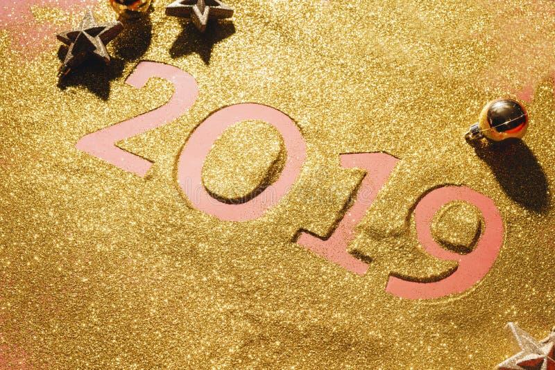 新年快乐的布局 第2019年笔记薄和自由空间文本的 圣诞装饰,xmas玩具,金星,礼物 免版税库存图片