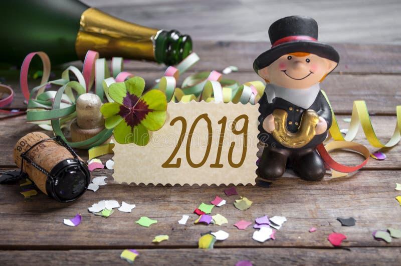 新年快乐,除夕与三叶草、三叶草和香槟瓶的贺卡 库存图片