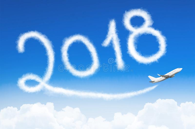 新年快乐2018年概念 画由飞机在天空的蒸气转换轨迹 免版税库存照片