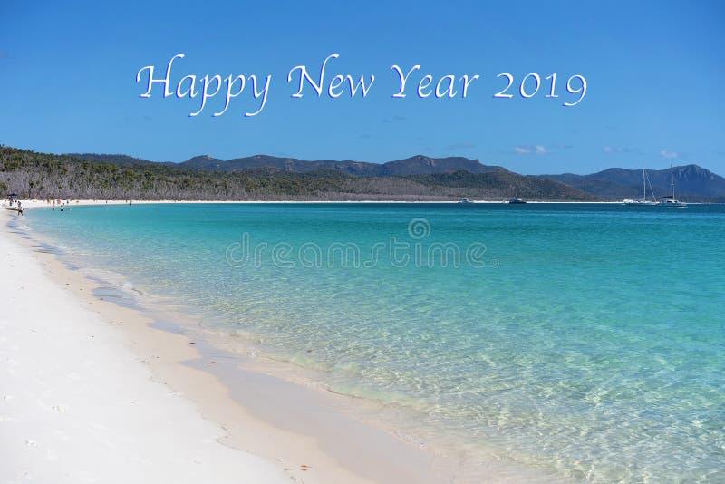 新年快乐2019文本-一个海滩的天蓝色的大海和白色硅土沙子在Whitsun 库存照片