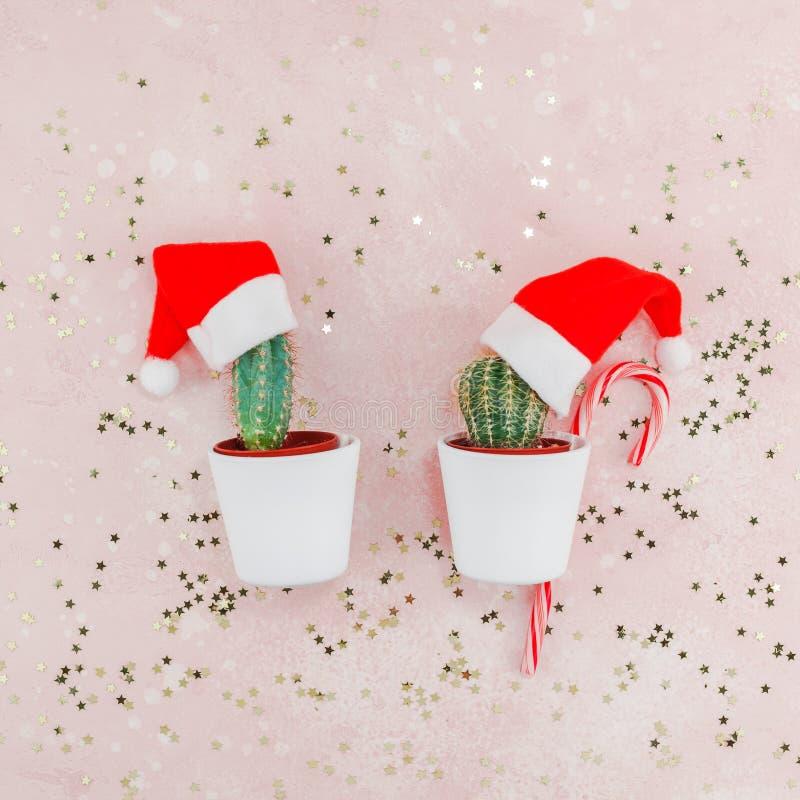 新年或圣诞节创造性的构成舱内甲板被放置的顶视图Xmas假日庆祝手工制造圣诞老人仙人掌变粉红色金黄星 库存照片