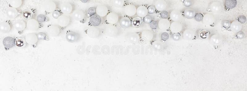 新年或圣诞节样式舱内甲板放置顶视图Xmas装饰玩具球闪耀白色具体背景的假日庆祝 库存图片
