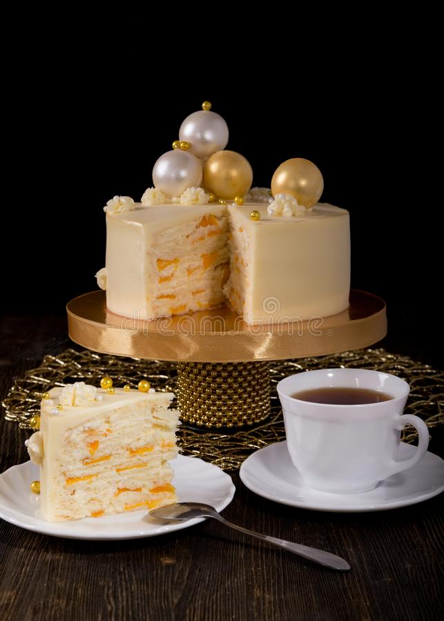 新年或圣诞节蛋糕用桃子和mascarpone奶油 免版税库存照片