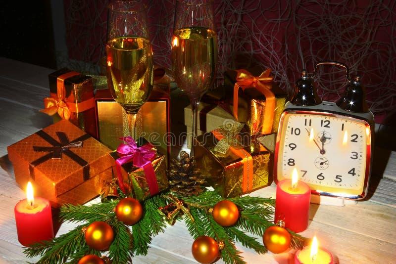 新年或圣诞装饰与玻璃酒,礼物盒、蜡烛和球 2007个看板卡招呼的新年好 选择聚焦,拷贝 库存图片