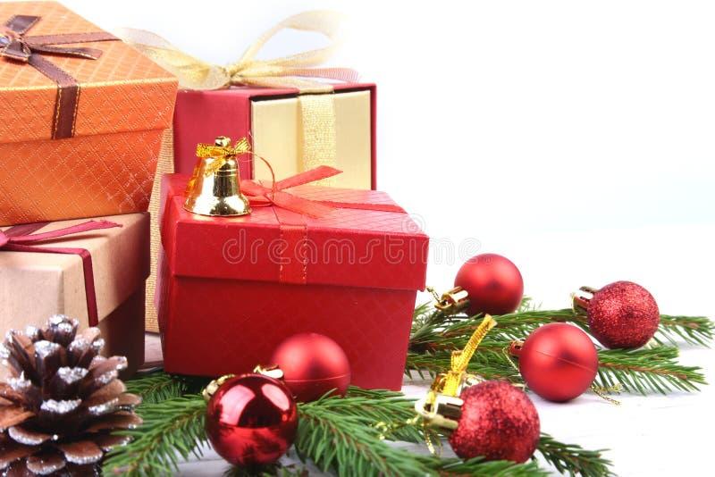 新年或圣诞装饰与礼物盒、蜡烛和球 2007个看板卡招呼的新年好 选择聚焦,拷贝空间 库存图片