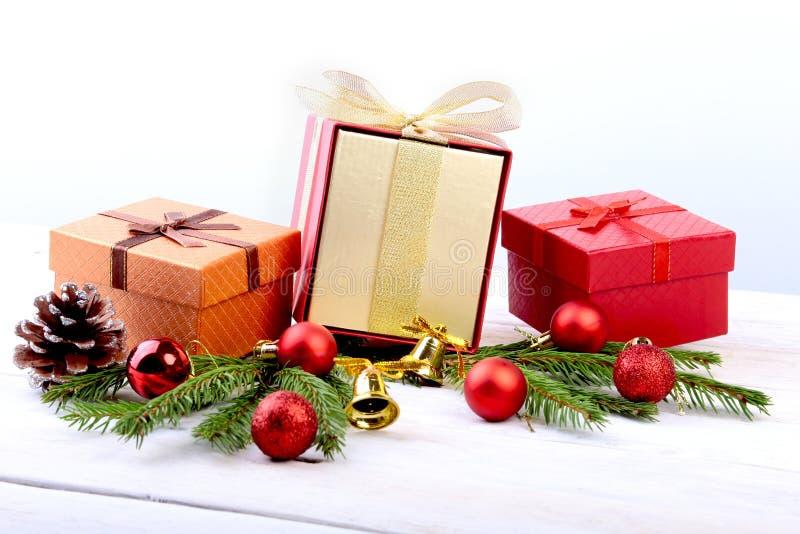 新年或圣诞装饰与礼物盒、蜡烛和球 2007个看板卡招呼的新年好 选择聚焦,拷贝空间 库存照片