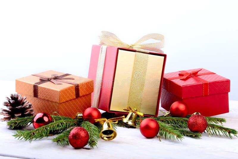 新年或圣诞装饰与礼物盒、蜡烛和球 2007个看板卡招呼的新年好 选择聚焦,拷贝空间 免版税图库摄影