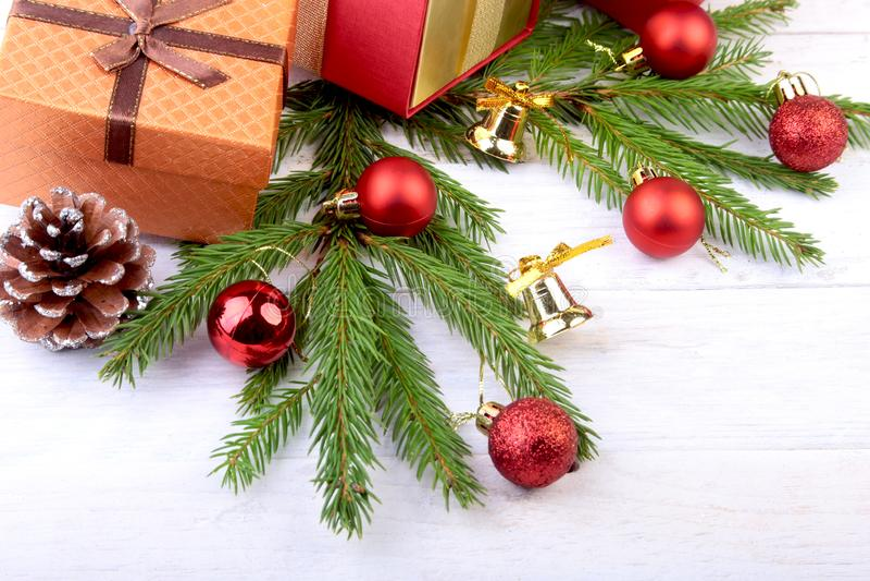 新年或圣诞装饰与礼物盒、蜡烛和球 2007个看板卡招呼的新年好 选择聚焦,拷贝空间 免版税库存照片