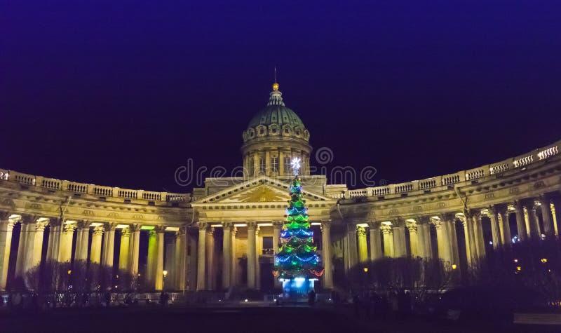 新年杉树的夜视图在诗歌选的在喀山大教堂前面的正方形在圣彼得堡在冬天新的Ye 免版税库存照片