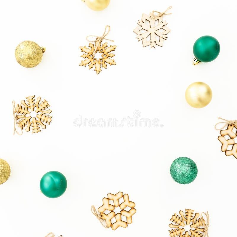 新年框架构成 圣诞节球和桃红色五彩纸屑在白色背景 平的位置,顶视图 免版税库存照片