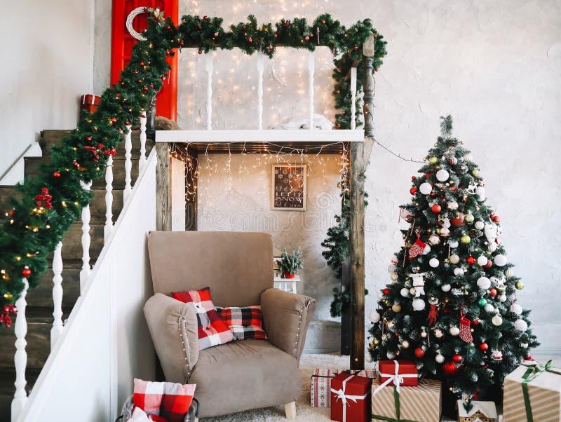 新年欢乐内部 节假日概念 圣诞节装饰了礼品结构树 装饰的圣诞节门廊 免版税库存图片