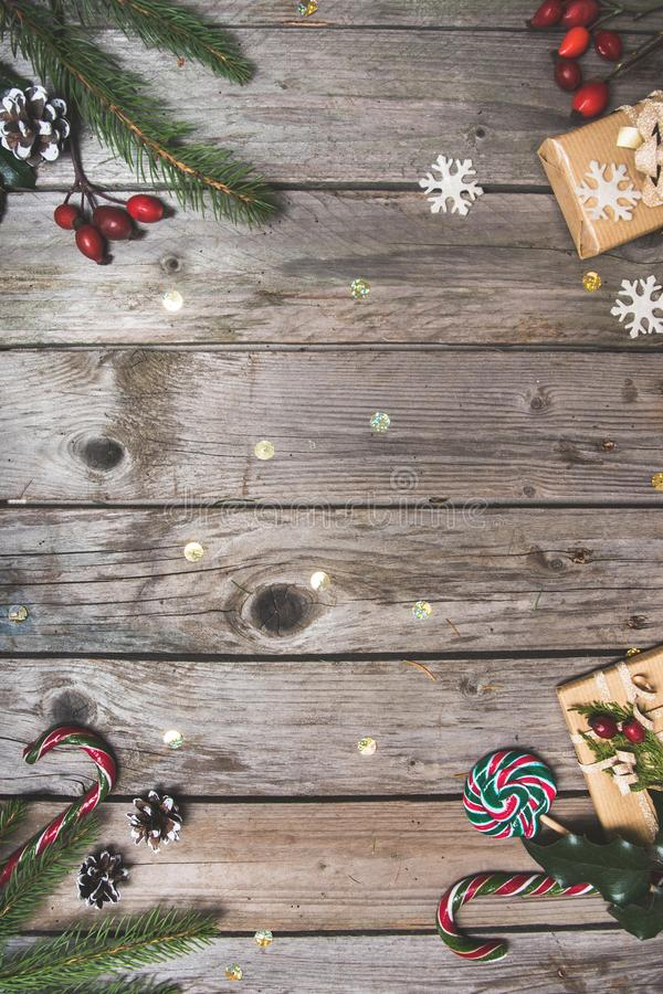 新年结构的花,在一张木桌上的礼物 抽象空白背景圣诞节黑暗的装饰设计模式红色的星形 平的位置 顶视图 图库摄影