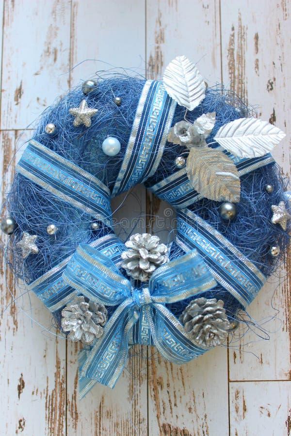 新年背景,圣诞节背景 蓝色装饰圣诞节花圈在白色的木织地不很细古老门的 库存图片