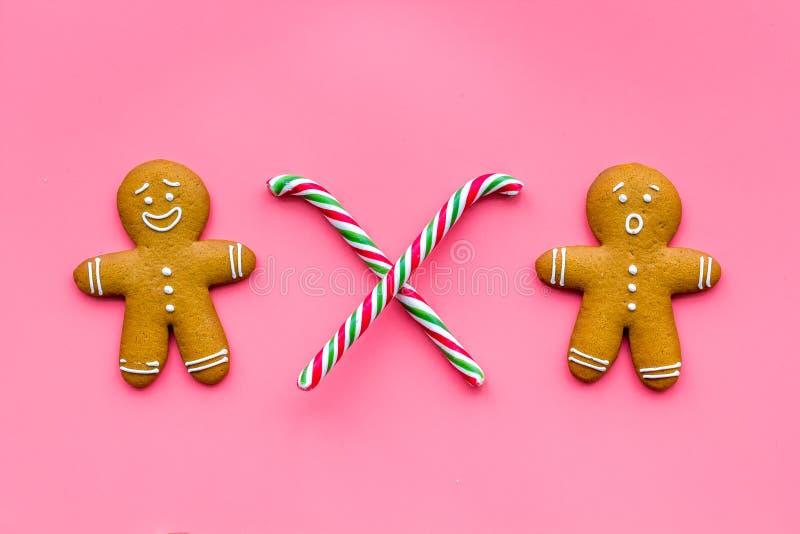 新年膳食的姜饼人曲奇饼在桃红色背景顶视图 免版税图库摄影