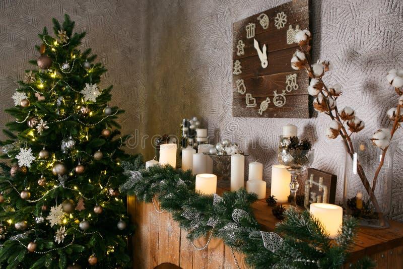 新年装饰、圣诞树、诗歌选和球回家舒适 库存照片