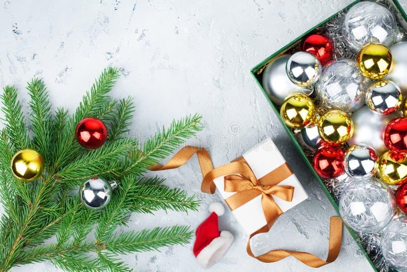 新年装饰边界,欢乐框架,圣诞树玻璃球装饰,绿色杉木分支,礼物盒,金丝带 库存照片