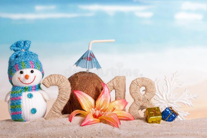 新年题字2018年,与吸管,雪人的椰子 库存照片