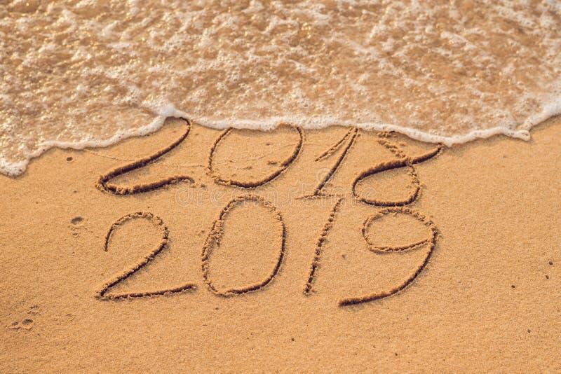 新年2019年是以后的概念-在a的题字2018年和2019年 免版税库存图片