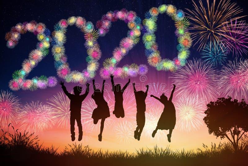 新年2020概念 跳在小山的孩子 免版税库存图片