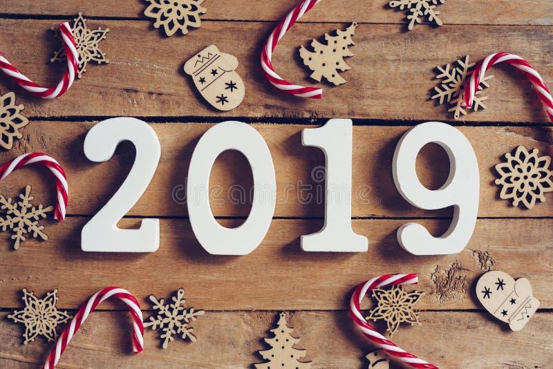 新年2019词和圣诞节装饰在木桌上 公共汽车 免版税库存照片