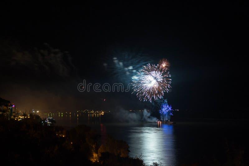 新年` s伊芙烟花从与反射的水发射了 库存照片