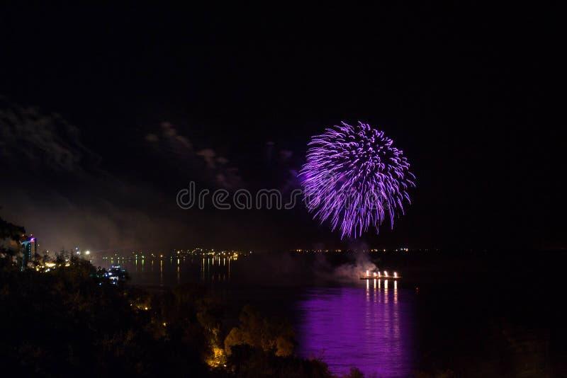 新年` s伊芙烟花从与反射的水发射了 免版税库存照片