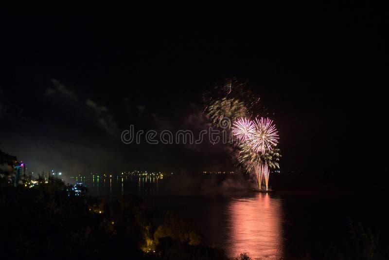 新年` s伊芙烟花从与反射的水发射了 图库摄影