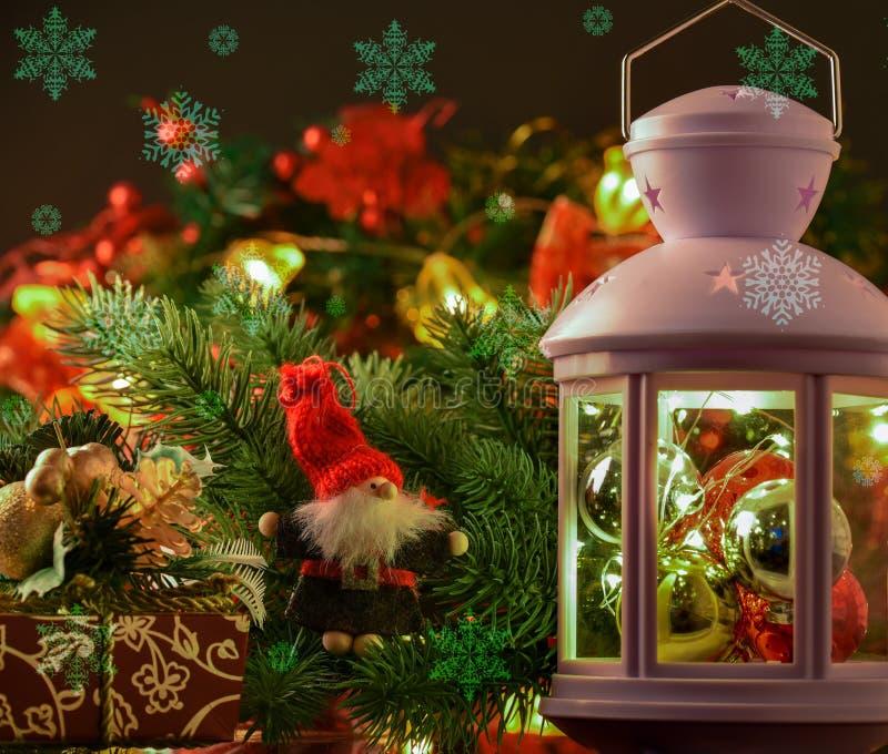 新年` s和Cristmas装饰 灯笼,云杉的分支,礼物a 库存照片
