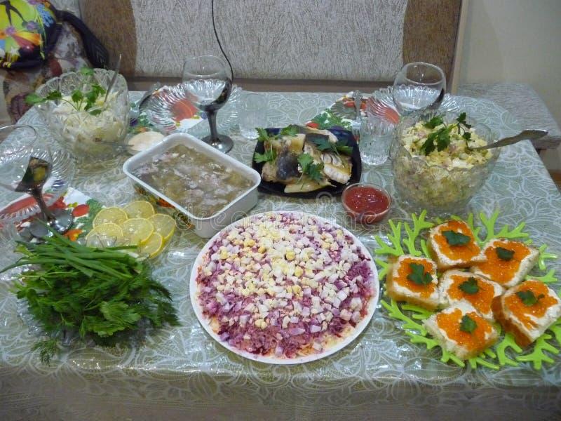 新年` s桌 标准套欢乐盘在俄罗斯 免版税库存照片