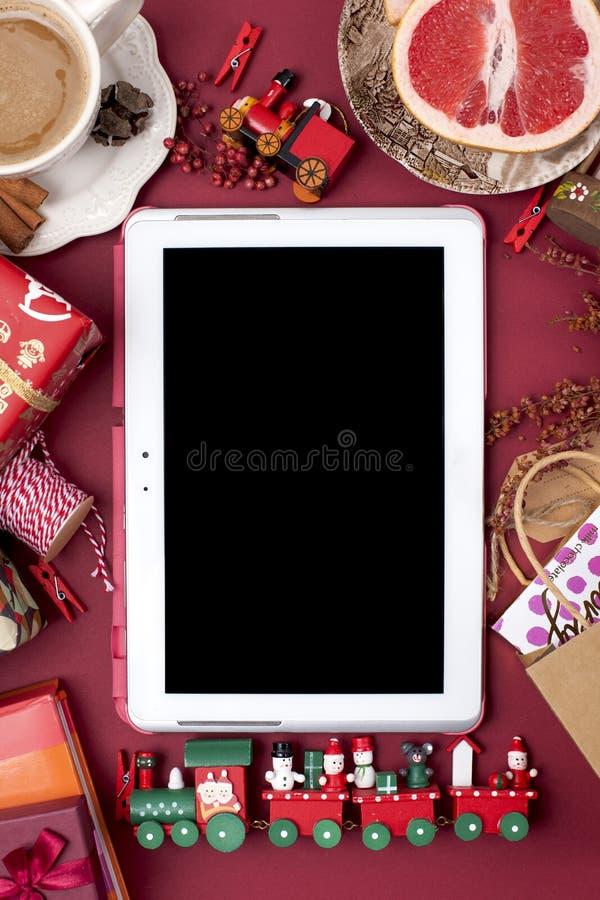 新年` s装饰和礼物新年和圣诞节 早晨芬芳咖啡和玫瑰花瓣 顶视图 不同的主题 免版税库存照片