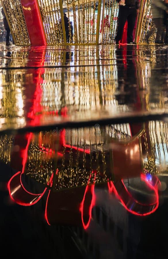 新年` s装饰的反射在贝尔格莱德, Knez Mihailova街道,塞尔维亚 库存图片