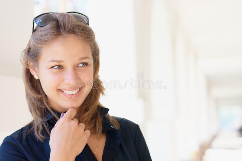 新微笑的妇女 库存图片