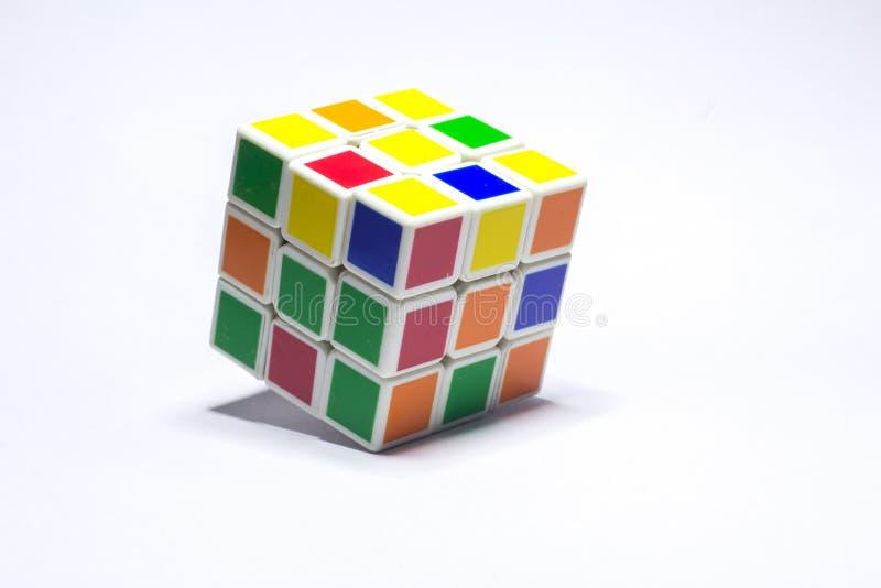 新德里,印度- 2019年5月10日 Rubik的立方体颜色蓝色,白色,橙色,绿色,黄色在与空间的白色背景文本的 免版税图库摄影