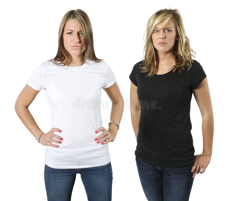 新恼怒的空白衬衣的妇女 免版税库存图片