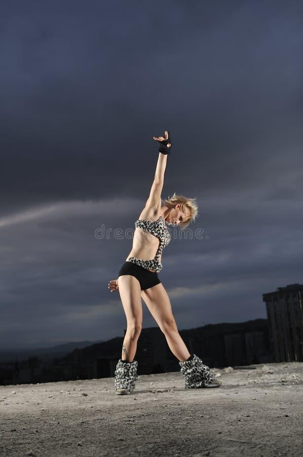 新戈戈舞的舞蹈家女孩 图库摄影