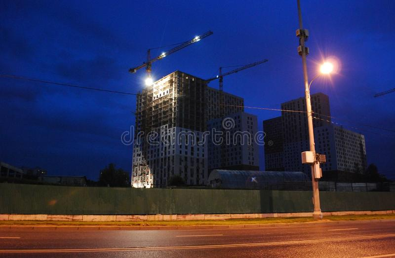 新房建设中在Mitino区 摩天大楼的大规模建筑 新的大厦 r 图库摄影
