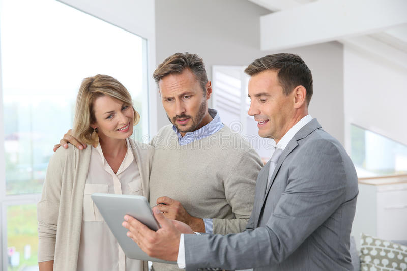 介绍新房的房地产经纪人对客户 免版税库存照片