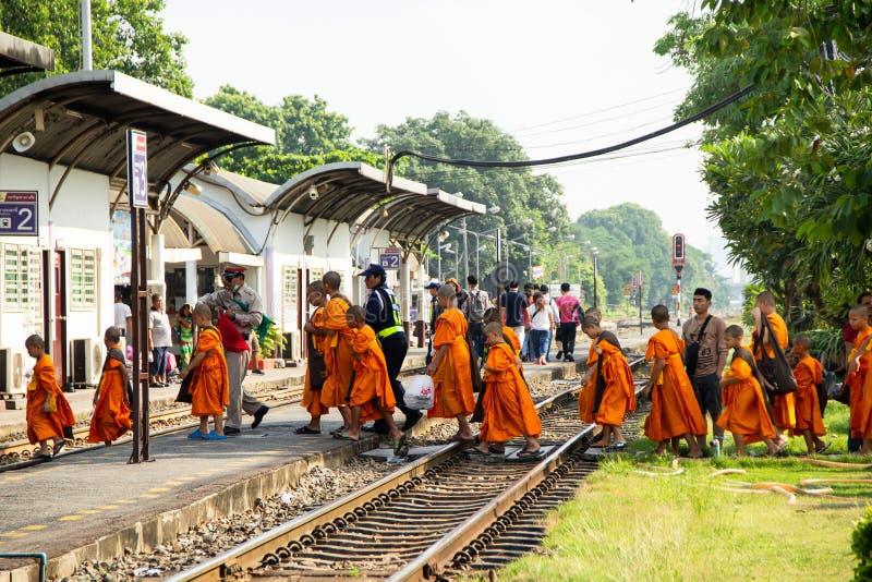 新手从旅行乘火车的实地考察的小组后面 图库摄影