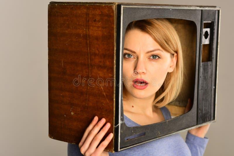 新技术 在大众传播媒体的新技术 现代电视屏幕和新技术 显示注意 免版税库存照片