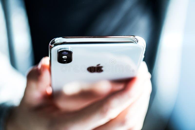 新星巴娜,斯洛伐克- 2017年11月28日:新的苹果计算机iPhone x智能手机 免版税库存照片