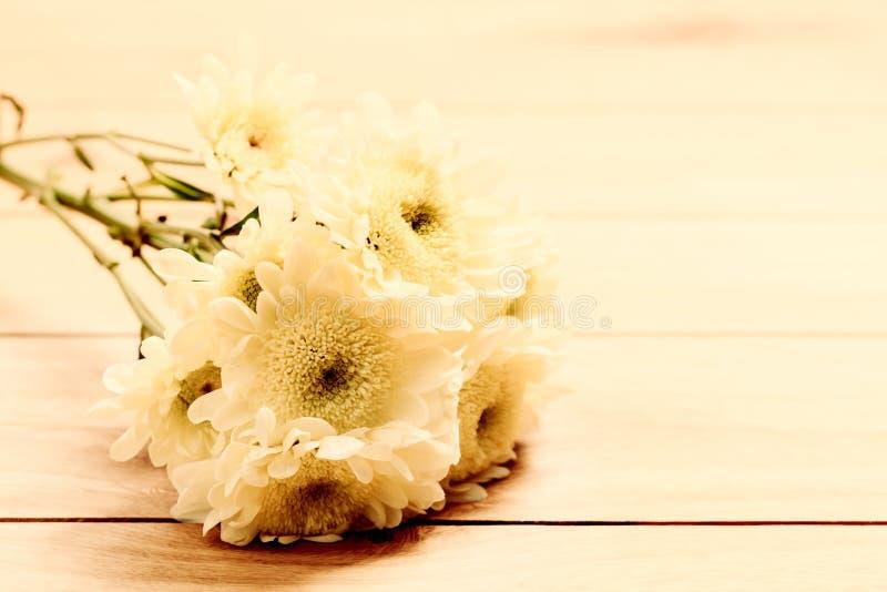 新春天花束在土气木头开花 葡萄酒 库存图片