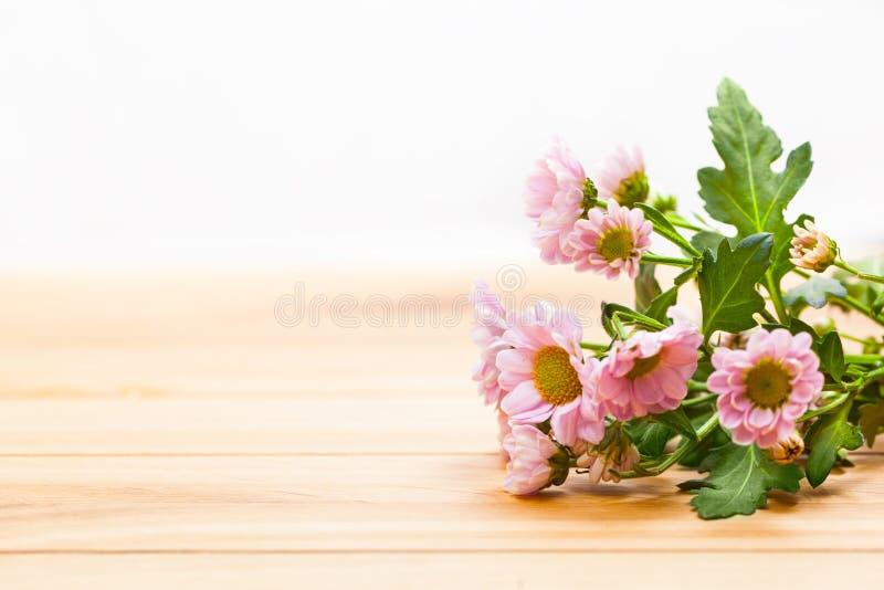 新春天花束在土气木头开花 葡萄酒 免版税库存图片