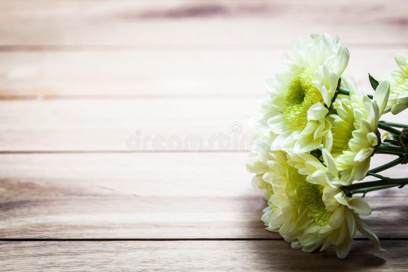 新春天花束在土气木头开花 葡萄酒 库存照片
