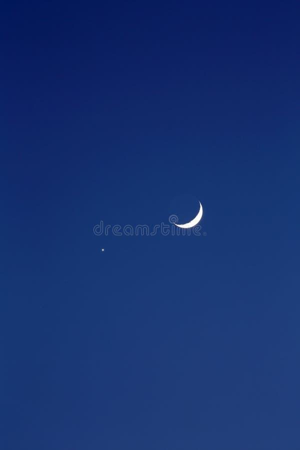 新月形月亮和行星金星 库存照片